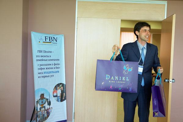 Владислав Бурда вручил подарки от детских бутиков Daniel владельцам, которые стали родителями за последний год