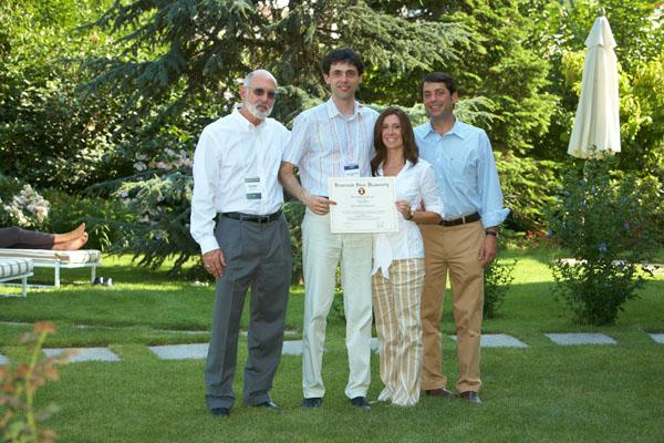 В завершение седьмого ивента FBN Ukraine профессоры университета Кеннесо вручили Владиславу Бурде диплом о получении степени Executive MBA по семейному бизнесу